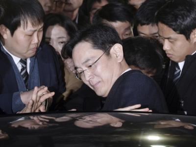 Der Vize-Vorsitzendevon Samsung, Lee Jae Yong, steigt nach einer Anhörung in sein Auto. Foto: yonhap/dpa