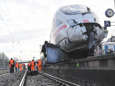 Aufgrund des Aufpralls auf den Prellbock sprang der ICE von den Gleisen auf den Bahnsteig. Foto: Arne Dedert