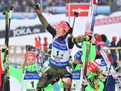 Die deutschen Staffel-Damen Maren Hammerschmidt (l-r), Laura Dahlmeier und Vanessa Hinz feiern Schlussläuferin Franziska Hildebrand. Foto: Martin Schutt