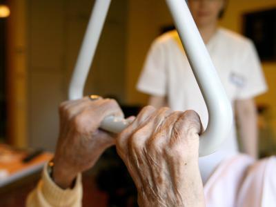 Eine pflegebedürftige Frau in einem Seniorenzentrum. Die drei Pflegestufen wurden in fünf Pflegegrade übergeleitet. Foto: Angelika Warmuth/symbolbild