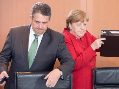 Bundeskanzlerin Angela Merkel und Außenminister Sigmar Gabriel vor einer Sitzung des Bundeskabinetts. Foto: Kay Nietfeld/Archiv