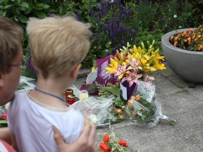 Ein Mann und sein Kind legen Blumen vor dem Haus von Helmut Kohl nieder. Foto: Thomas Frey