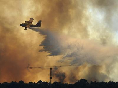 Löschflugzeuge sind über dem Waldbrandgebiet in Zentralportugal pausenlos imEinsatz. Foto: Paulo Duarte