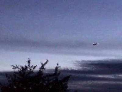 Das Flugzeug von Korean Air fliegt über Maichingen. Wegen eines unterbrochenen Funkkontakts haben zwei Bundeswehrjets die koreanische Passagiermaschine zum Stuttgarter Flughafen begleitet und zum Landen gebracht. Foto: SDMG