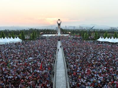 Anhänger des türkischen Präsidenten Erdogan vor dem Präsidentenpalast inAnkara. In der Bildmitte ist das neu eingeweihte Denkmal zum Gedenken an die Opfer des gescheiterten Putschversuchs zu sehen. Foto: Presidency Press Service POOL