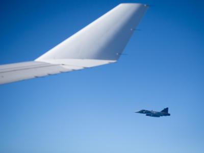 Ein Abfangjäger neben der Tragfläche eines Passagierjets. Bricht der Funkkontakt zu einem Flugzeug ab, steigen Bundeswehrjets für den Notfall auf. Foto: Kay Nietfeld