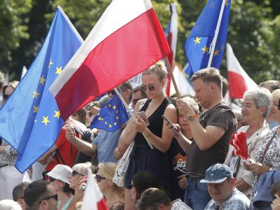 Demonstranten vor dem Parlamentsgebäude in Warschau. Foto: Czarek Sokolowski