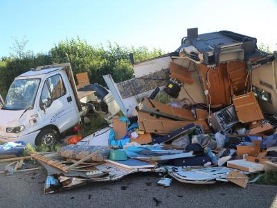 Das zerstörte Wohnmobil liegt auf dem Seitenstreifen der A7. Foto:Pöppel