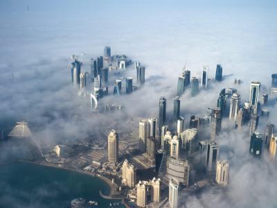 Im Nebel stehen die Hochhäuser der Skyline von Doha, Katar. Foto: Yoan Valat/Illustration