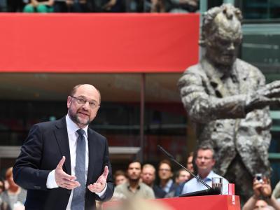 Mit Willy Brandt im Hintergrund: SPD-Kanzlerkandidat Martin Schulz präsentiert in Berlin seinen Zukunftsplan. Foto: Maurizio Gambarini