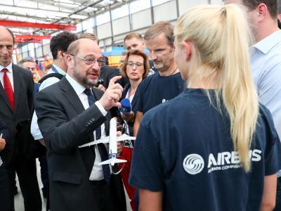 Bei denLeuten:SPD-Kanzlerkandidat Martin Schulz spricht einem Besuch im Hamburger Airbus-Werk mit Beschäftigten in der Endmontagelinie. Foto: Christian Charisius