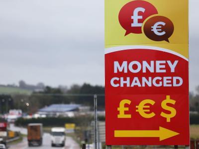 Werbetafel einer Wechselstube zum Tausch von Pfund und Euro an der Grenze zwischen der Republik Irland und der britischen Region Nordirland. Foto:Brian Lawless