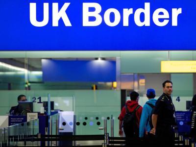 Noch ist das Reisen einfach:Grenzbeamte am Londoner Flughafen Heathrow unter einem Grenzschild. Foto: Andrew Cowie