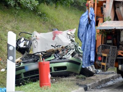Unfallauto: Ein Müllwagen war auf den Pkw gekippt. Foto: Andreas Rosar