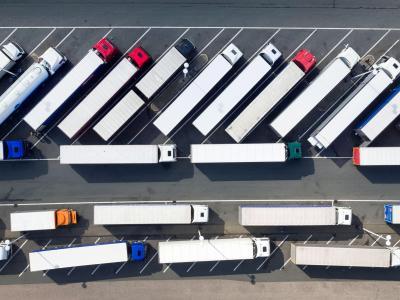 Abgestellte Lastwagen auf der Rastätte Siegerland Ost. Auf den Autobahnraststätten in Nordrhein-Westfalen fehlen etwa 4000 Stellplätze für Lastwagen. Foto: Arnulf Stoffel