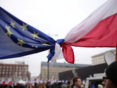 Flaggen der EU und Polens sind bei einer Demonstration in Warschau. Polen hat ein Teil der umstrittenen Justizreform umgesetzt. Foto: Leszek Szymanski/Archiv