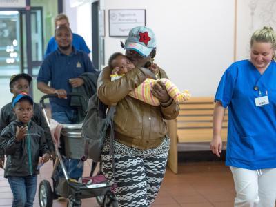 Mutter Grace hält im Kinderkrankenhaus auf der Bult inHannover ihr Baby Lanie in den Armen. Das Baby war zuvor von einer 19-Jährigen in Potsdam entführt worden. Foto: Uwe Dillenberg