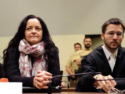 Die Angeklagte Beate Zschäpe sitzt neben ihrem Anwalt Mathias Grasel im Gericht. Foto: Matthias Schrader