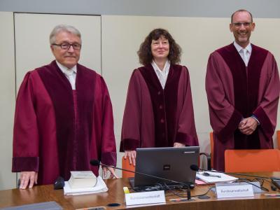 Die Ankläger:Bundesanwalt Herbert Diemer, Oberstaatsanwältin Anette Greger und Bundesanwalt Jochen Weingarten (v.l.)im Gerichtssaal. Foto: Peter Kneffel