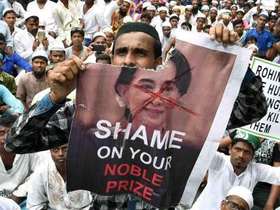 Muslimische Demonstranten protestieren inKolkata gegen AungSan Suu Kyi und gegen die Gewalt gegenüber den Rohingyas in Myanmar. (zu dpa «Rohingya-Rebellen in Myanmar. Foto: Kol-SM/PTI