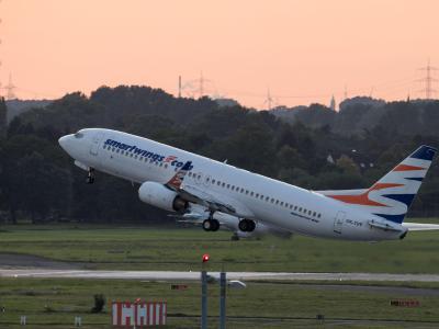 Ein Flugzeug der Flugline Smart Wings mit abgeschobenen Flüchtlingen an Bord hebt in Düsseldorf mit Ziel Kabul ab. Foto:Bernd Thissen