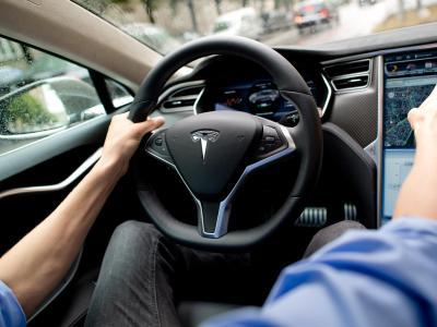 Tesla-Cockpit:Zum tödlichen Crash eines vom Computer gesteuerten Tesla-Elektroautos haben nach Einschätzung der Ermittler zu lasche Sicherheitsvorkehrungen der Software beigetragen. Foto: Sven Hoppe
