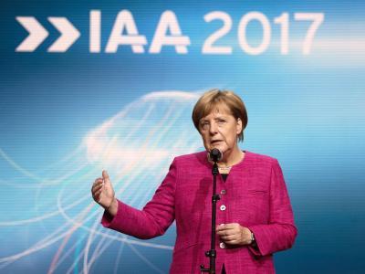 Bundeskanzlerin Angela Merkel nach ihrem Rundgang über das IAA-Gelände. Foto: Andreas Arnold