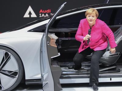 Bundeskanzlerin Angela Merkel steigt bei ihrem Eröffnungsrundgang über die Internationale Automobil-Ausstellung aus der Konzeptstudie Audi Aicon. Foto: Arne Dedert
