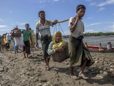 Mit weniger mehr als dem nackten Leben erreichen Angehörige der muslimischen Minderheit der Rohingya erreichen die Küste von Bangladesch. Foto:Dar Yasin