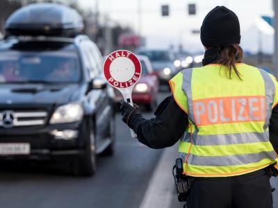 Kontrolle an der deutsch-österreichischen Grenze: Innenminister De Maizière will entgegen den Schengen-Regularien die Grenze zu Österreich vorerst auf unbestimmte Zeit weiter kontrollieren lassen. Foto: Sven Hoppe/Archiv