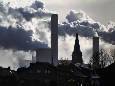 Rauch und Dampf steigen aus den Kühltürmen und Schornsteinen eines Braunkohlekraftwerks. Foto: Oliver Berg