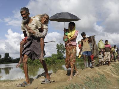 Flüchtlinge der muslimischen Rohingya-Minderheit überqueren in der Nähe von Cox's Bazar (Bangladesch) die Grenze zwischen Bangladesch und Myanmar. Foto: Km Asad