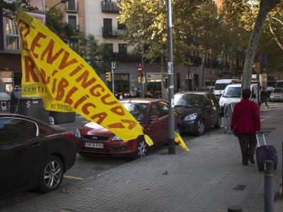 Ein heruntergerissenes Plakat in Barcelona, auf dem auf Katalanisch zu lesen ist: «Willkommen Republik». Foto: Emilio Morenatti