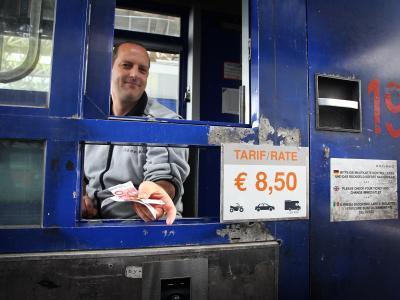 Maut in Österreich:Ein Kassierer gibt an der Brennerautobahn A13 bei Schönberg Rückgeld. Foto: Karl-Josef Hildenbrand