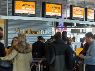 Werden Flüge jetzt teurer? Die europäischen Kartellbehörden prüfen die Übernahme vonAir Berlin durch Lufthansa. Foto: Matthias Balk