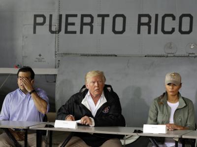 Besuch auf der verwüsteten Insel:Donald Trump, First Lady Melania Trump und der Gouverneur von PuertoRico, Ricardo Rossello, im Gespräch. Foto:Evan Vucci