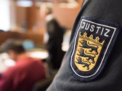 Der Angeklagte Hussein K. (l) sitzt im Gerichtssaal im Freiburger Landgericht. Foto: Patrick Seeger