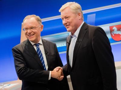 Niedersachsens Ministerpräsident Stephan Weil (l) und CDU-Herausforderer Bernd Althusmann liefern sich ein Kopf-an-Kopf-Rennen. Foto: Julian Stratenschulte