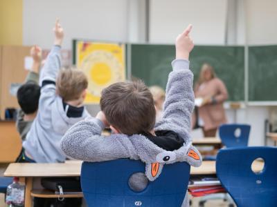 Unterricht in einer Grundschule. Der «IQB-Bildungstrend 2016» untersucht das Kompetenzniveau in den Fächern Deutsch und Mathematik der 4. Jahrgangsstufe. Foto: Peter Steffen