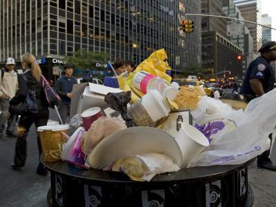 Ein überquellender Mülleimer in Manhattan in New York. Foto: Arno Burgi