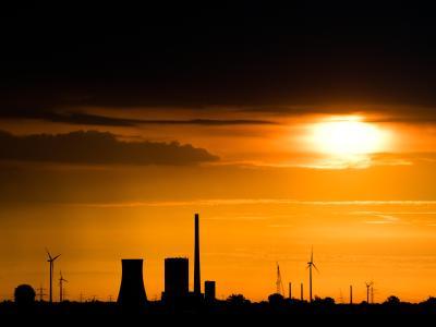 Ein Kohlekraftwerk im Licht der aufgehendenSonne. Nach monatelangen Verhandlungen ist eine Reform des europäischen Emissionshandels unter Dach und Fach. Foto: Julian Stratenschulte