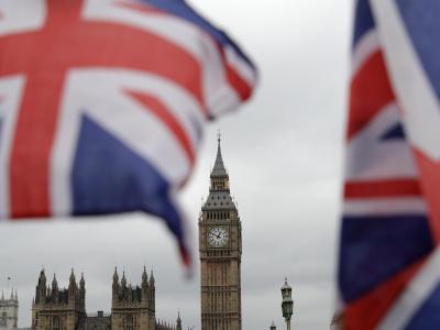 Britische Fähnchen an einem Touristen-Geschäft wehen vor den Houses of Parliament in London. Foto: Matt Dunham/Illustration
