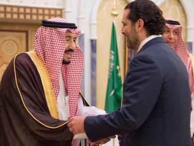 Der saudi-arabische König Salman ibn Abd al-Aziz (l.) begrüßt den ehemaligen libanesischen Ministerpräsidenten Saad Hariri in Riad. Foto:SPA