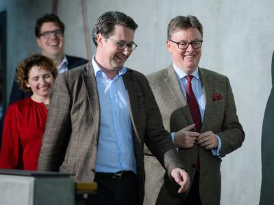 Als sei es einVergnügen:Michael Kellner (Grüne), Nicola Beer (FDP), Andreas Scheuer(CSU)und Michael Grosse-Brömer (CDU) während einer Pause der Sondierungsgespräche. Foto:Gregor Fischer
