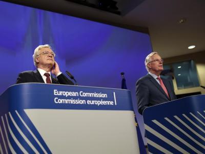 Der britische Brexit-Minister, David Davis (l), und der EU-Chefunterhändler Michel Barnier bei ihrer Pressekonferenz in Brüssel. Foto: Virginia Mayo
