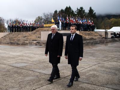 Bundespräsident Frank-Walter Steinmeier und der französische Präsident Emmanuel Macron (r) nehmen am Hartmannsweilerkopf an einer Gedenkzeremonie teil. Foto: Bernd von Jutrczenka