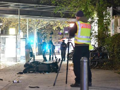 Ein Polizeibeamter sichert in Berlin am Wilhelmsruher Damm Spuren. Dort war der Fahrer eines Mietwagens auf eine Menschengruppe zugerast. Foto: Paul Zinken