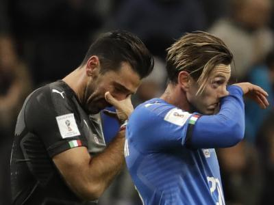 Gianluigi Buffon (l) und Teamkollege Manolo Gabbiadini schleichen nach dem Spiel bitter enttäuscht vom Platz. Foto: Luca Bruno