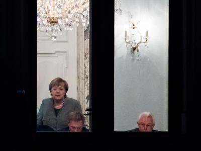 Kanzlerin Merkel (l-r), FDP-Chef Lindner und FDP-Vize Kubicki während der Sondierungsgespräche in der Parlamentarischen Gesellschaft in Berlin. Foto: Bernd von Jutrczenka