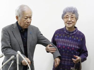 Shigeru Yokota (l) und seine Frau Sakie, die Eltern des vor 40 Jahren nach Nordkorea entführten Mädchens. Foto: kyodo